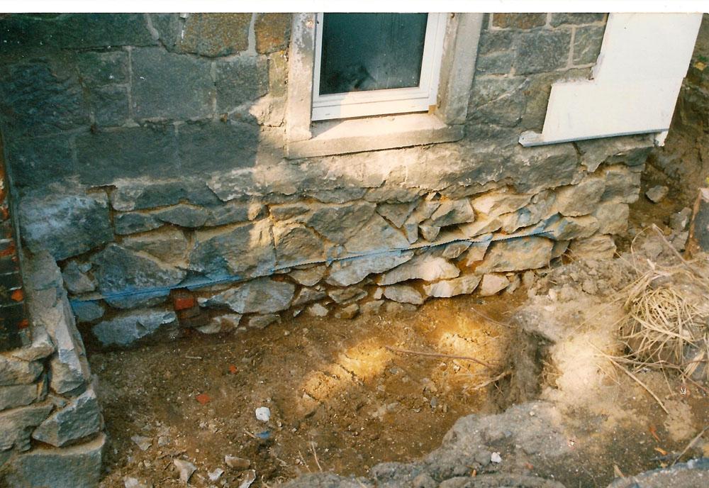 Chromstahlsperre im Bruchsteinmauerwerk -