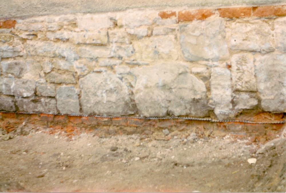 HW-Sperre unterhalb Bruchsteinmauerwerk -