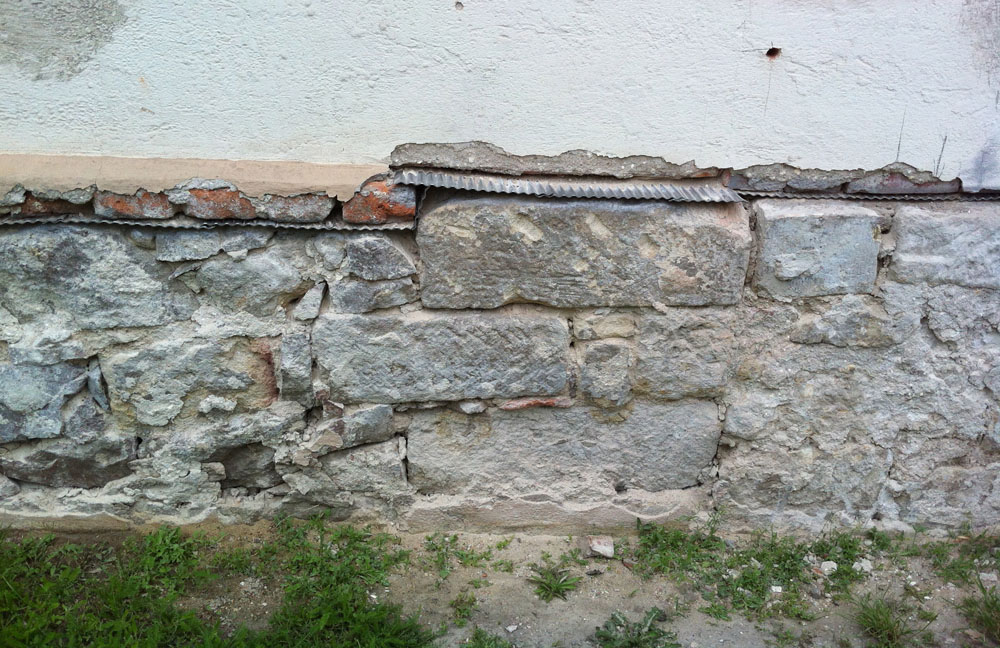 Horizontalsperre oberhalb Bruchsteinmauerwerk mit Höhenversatz -